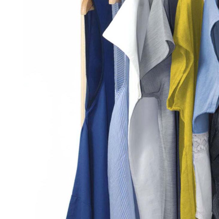 Kleidung-Kontrastfarbe-am-Kleiderständer
