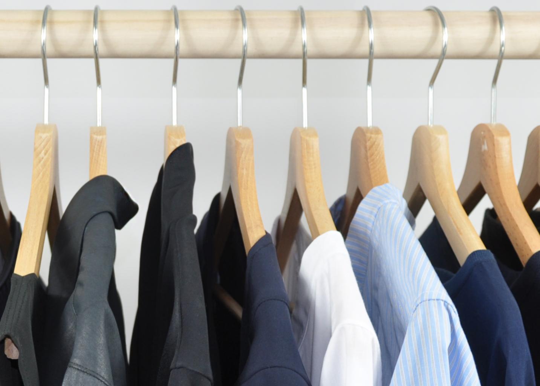 minimalistische Garderobe am Kleiderständer