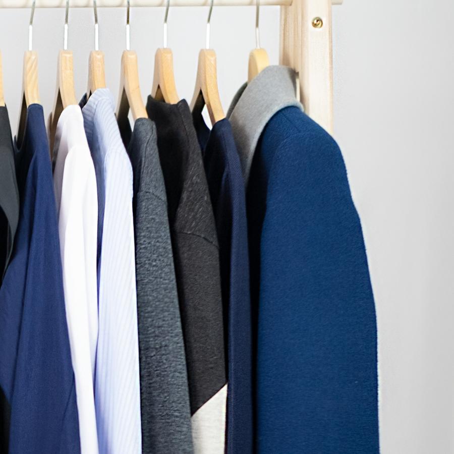 minimalistische Gaderobe am Kleiderständer